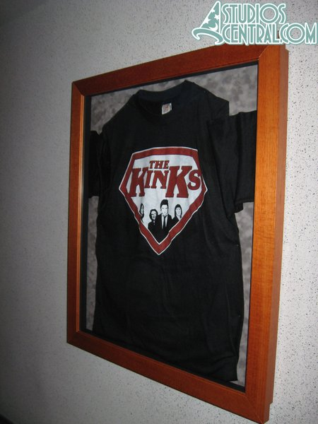 A shirt on the wall in the Rock 'n Roller Coaster queue