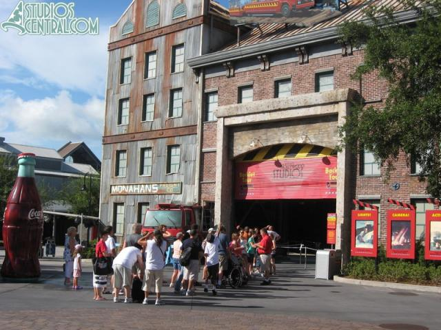 A wait to get on the Backlot Tour before it opened